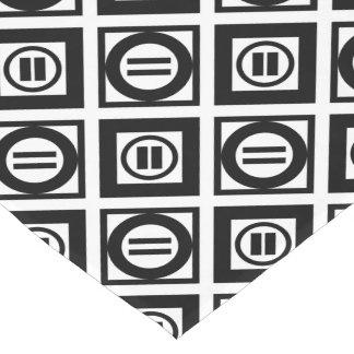 Modelo geométrico negro del signo de igualdad en camino de mesa corto