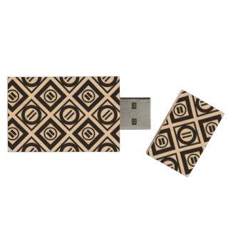 Modelo geométrico negro del signo de igualdad en pen drive de madera USB 3.0