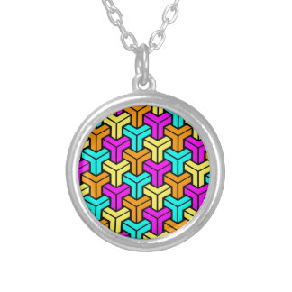 Modelo geométrico rosado, azul claro, amarillo, collar plateado