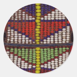 Modelo geométrico tribal nativo de las gotas pegatina redonda
