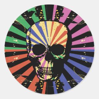 Modelo gótico colorido brillante del cráneo pegatina redonda