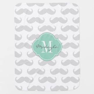 Modelo gris claro del bigote con el monograma manta de bebé