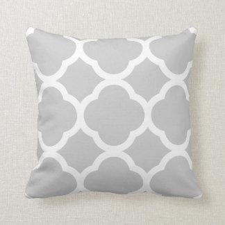 Modelo gris claro y blanco con clase de cojín decorativo