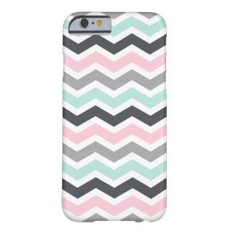 Modelo gris de Chevron del zigzag del negro rosado Funda De iPhone 6 Barely There
