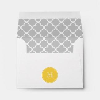 Modelo gris de Quatrefoil monograma amarillo