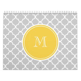 Modelo gris de Quatrefoil, monograma amarillo Calendarios De Pared