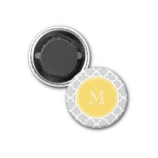 Modelo gris de Quatrefoil, monograma amarillo Imanes De Nevera