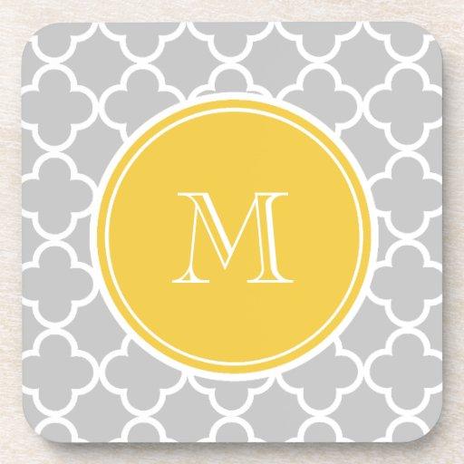 Modelo gris de Quatrefoil, monograma amarillo Posavasos De Bebida