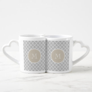 Modelo gris de Quatrefoil, monograma beige Tazas Para Enamorados