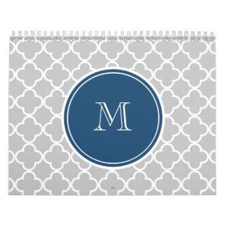 Modelo gris de Quatrefoil, monograma de los azules Calendarios De Pared