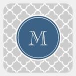 Modelo gris de Quatrefoil, monograma de los azules Calcomanías Cuadradas