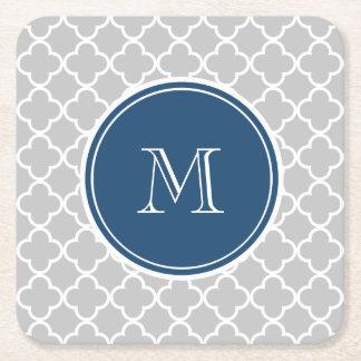 Modelo gris de Quatrefoil, monograma de los azules Posavasos Personalizable Cuadrado