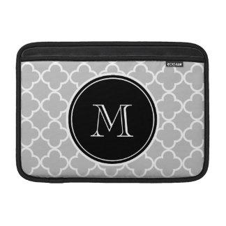 Modelo gris de Quatrefoil, monograma negro Funda MacBook