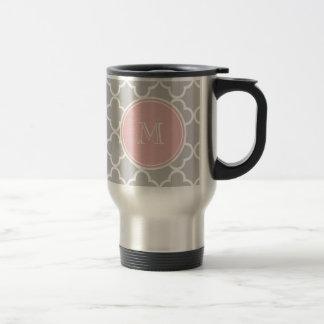 Modelo gris de Quatrefoil, monograma rosado Taza Térmica