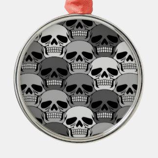 Modelo gris del cráneo que entrelaza adorno navideño redondo de metal
