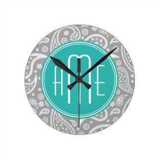 Modelo gris floral elegante de Paisley y monograma Reloj Redondo Mediano