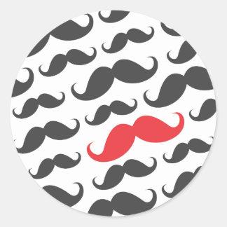 Modelo gris oscuro del bigote con un bigote rojo pegatina redonda