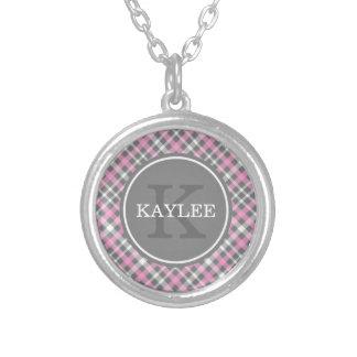 Modelo gris rosa claro de la tela escocesa con el collar plateado