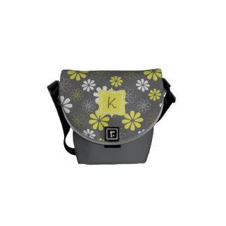 Modelo gris y amarillo del monograma de la flor bolsa de mensajería