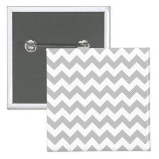 Modelo gris y blanco de Chevron del zigzag Pin Cuadrado