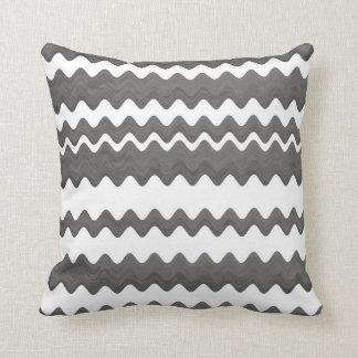 modelo gris y blanco de la almohada intrépida del cojín decorativo