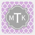 Modelo gris y de la lila moderno con monograma del calcomanías cuadradass personalizadas