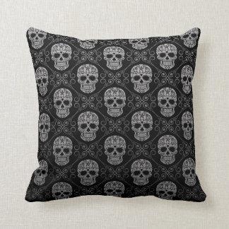 Modelo gris y negro del cráneo del azúcar cojín decorativo