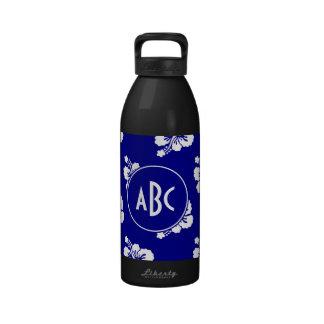 Modelo hawaiano azul marino y blanco con monograma botella de agua