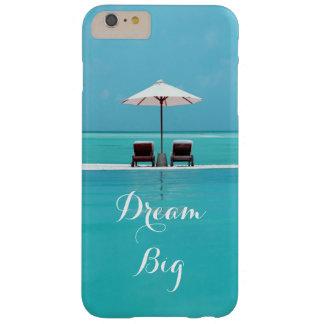 Modelo hermoso grande ideal del cielo azul y de la funda barely there iPhone 6 plus
