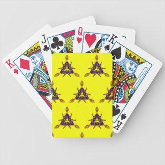 Modelo inconsútil amarillo enrrollado fresco baraja cartas de poker