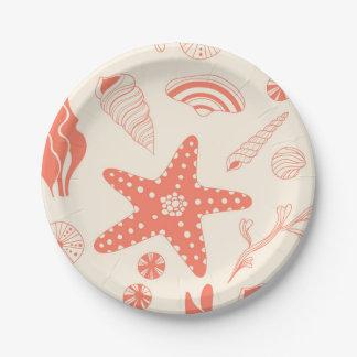 Modelo inconsútil con las cáscaras del mar platos de papel