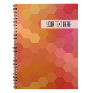 Modelo inconsútil del hexágono rosado anaranjado spiral notebook