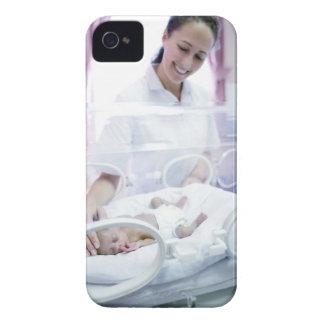 MODELO LANZADO. Enfermera y bebé prematuro Carcasa Para iPhone 4 De Case-Mate