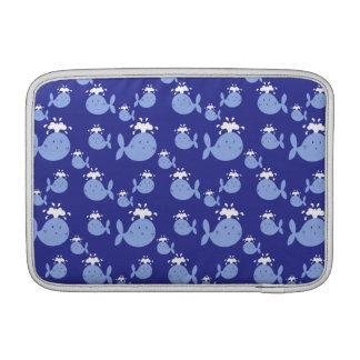 Modelo lindo de la ballena azul del dibujo animado fundas macbook air