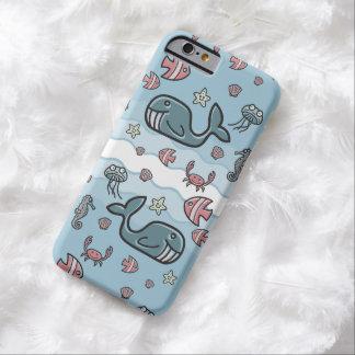 Modelo lindo de las criaturas del mar del dibujo funda para iPhone 6 barely there