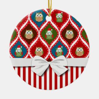 modelo lindo de las rayas de los búhos del acebo adorno navideño redondo de cerámica