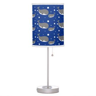 Modelo lindo de los azules marinos de la ballena g lámpara de mesilla de noche