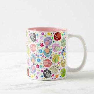 Modelo lindo de los búhos y de flores taza de café