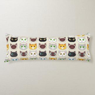 Modelo lindo de los gatos cojin cama