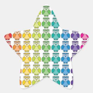 Modelo lindo del búho del arco iris pegatina en forma de estrella