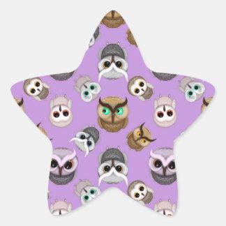 Modelo lindo del ejemplo del búho en fondo púrpura pegatina en forma de estrella