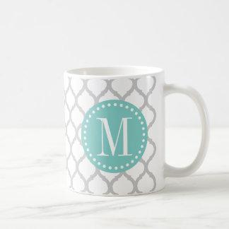Modelo marroquí gris claro y blanco con el taza de café