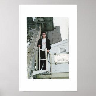 Modelo masculino que mira apagado del embarcadero poster