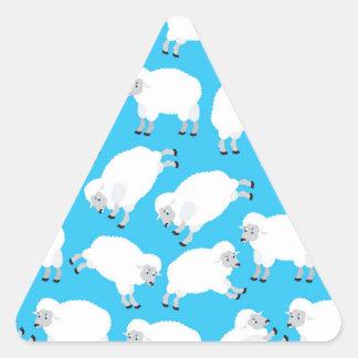 Modelo mullido de las ovejas blancas pegatina triangular