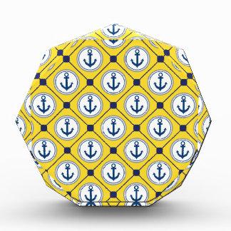 Modelo náutico amarillo del ancla