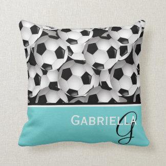 Modelo negro del balón de fútbol del monograma cojín