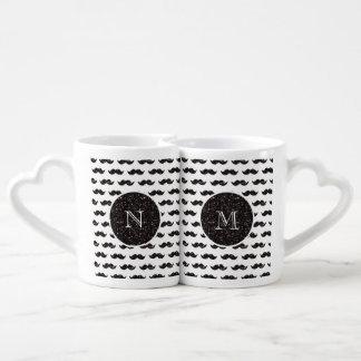 Modelo negro del bigote del brillo su monograma taza para parejas