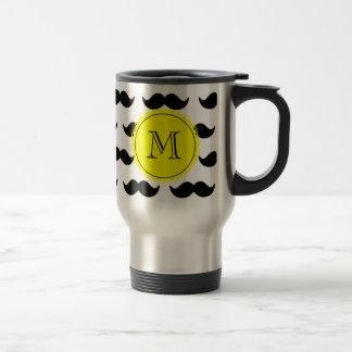 Modelo negro del bigote, monograma amarillo taza de viaje
