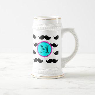 Modelo negro del bigote, monograma rosado de la jarra de cerveza