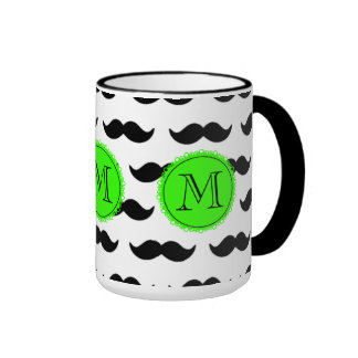 Modelo negro del bigote, monograma verde taza de dos colores